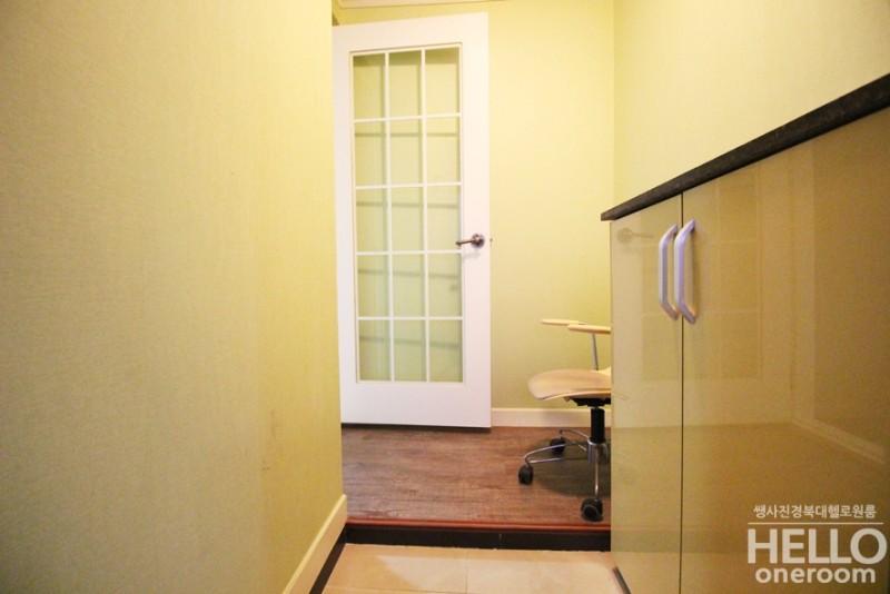 ae7ff40ca4b 현관문을 열면, 자동으로 불이켜지며 센서가 켜져서 노란빛을 내는 현관입구예요. 요런 넉넉한 현관중문있는 방 잘없다죠?^^ 그래서  이런방이 인기도 많아요!